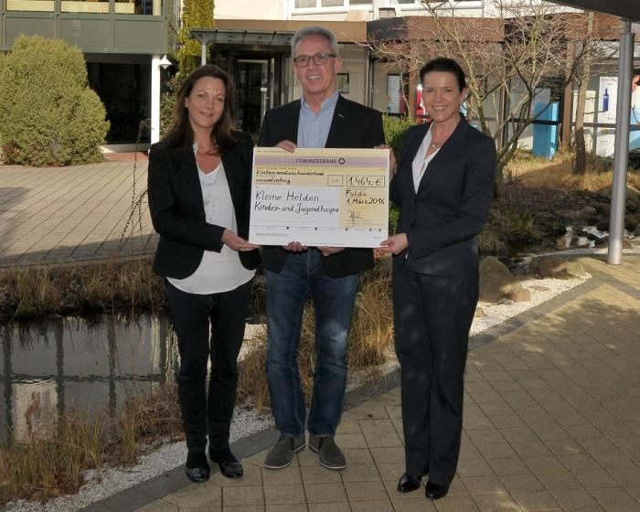 DS Smith donates proceeds from tombola to Kleine Helden