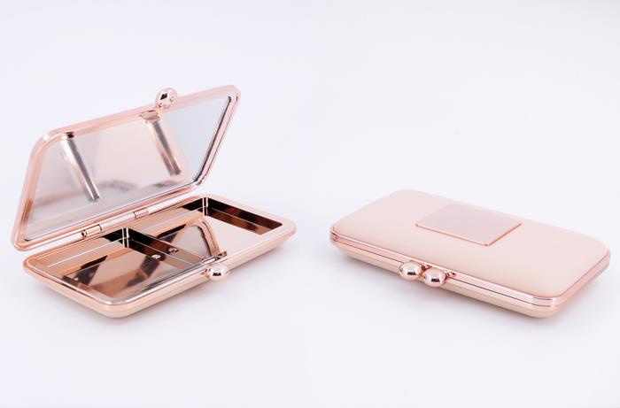 Makeup compact with clasps closure